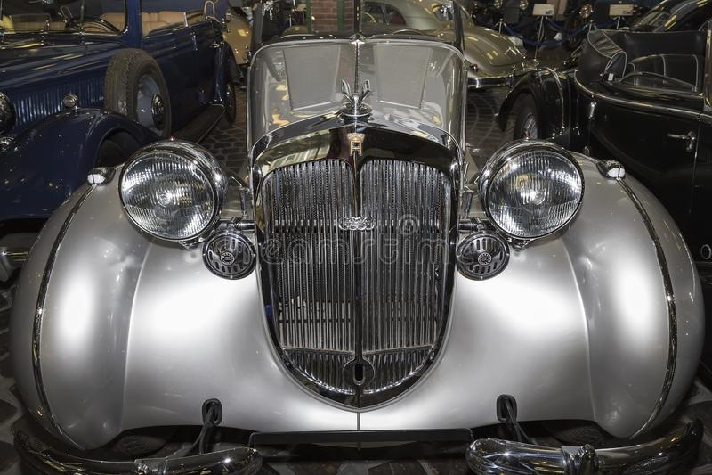 Een elegante uitstekende auto van het Horch-merk van zilveren kleur in Vadim Zadorozhny Museum stock foto's