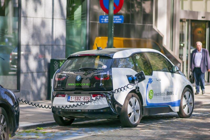 Een elektrische auto, BMW die i3 door een het laden post Brussel van de binnenstad, België Mei 2018 aanvulling royalty-vrije stock foto's