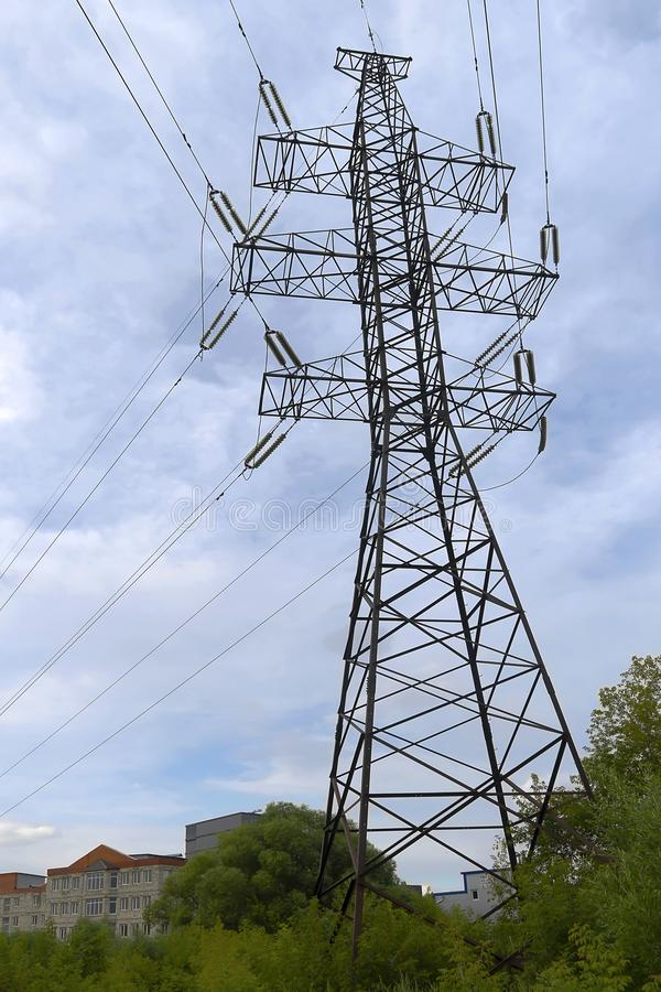 Een elektrische energie van pooloverdrachten Hoogspanningslijn met draden Elektriciteitstransmissie, voltenergie stock afbeeldingen