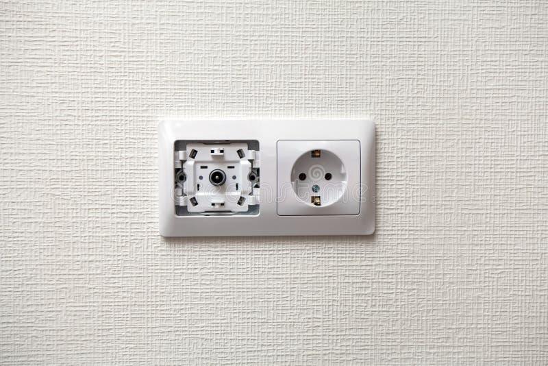 Een elektrocontactdoos en TV-afzet op muur royalty-vrije stock foto's