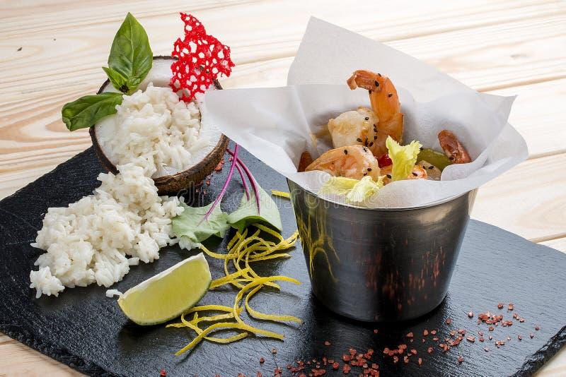 Een emmer van garnalen in Aziatische stijl met rijst op kokosmelk stock afbeelding