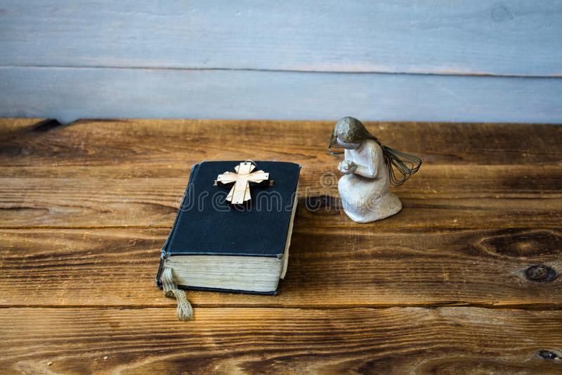 Een engelen oud bijbel en een kruis royalty-vrije stock foto