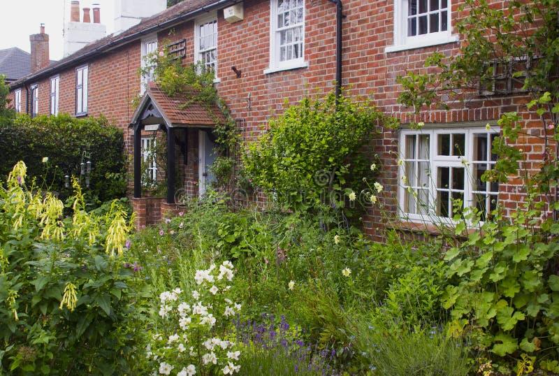 Een Engelse Plattelandshuisjetuin in Warsash in Hampshire die een rel van chaotische kleur in de vroege zomer tonen royalty-vrije stock foto's