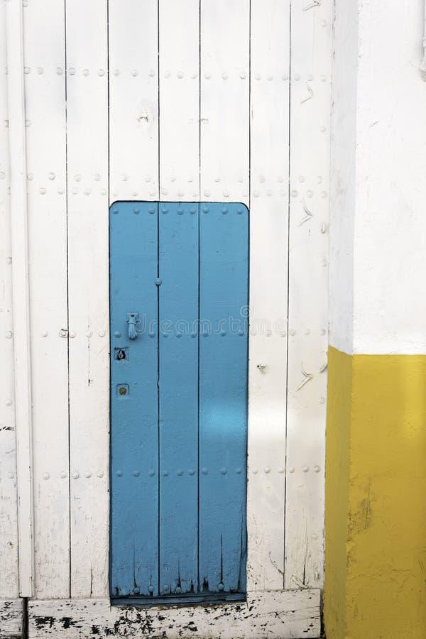 Een enkel blauwe deur royalty-vrije stock afbeeldingen