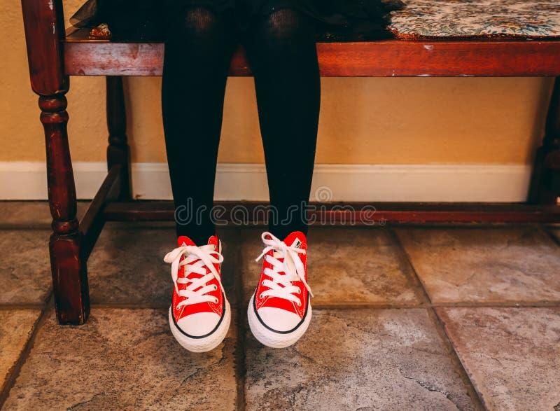 Een enkel meisje en haar schoenen royalty-vrije stock afbeelding