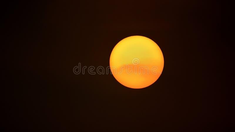Een enkel zeer duidelijke Oranje Zonsopgang royalty-vrije stock fotografie