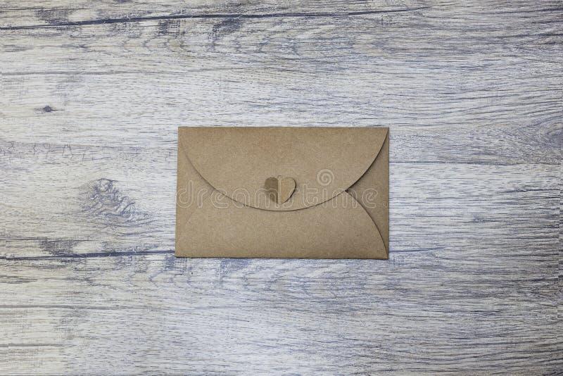 Een envelop op houten achtergrond het beeld vertegenwoordigt e-mail, post, mededeling royalty-vrije stock afbeeldingen