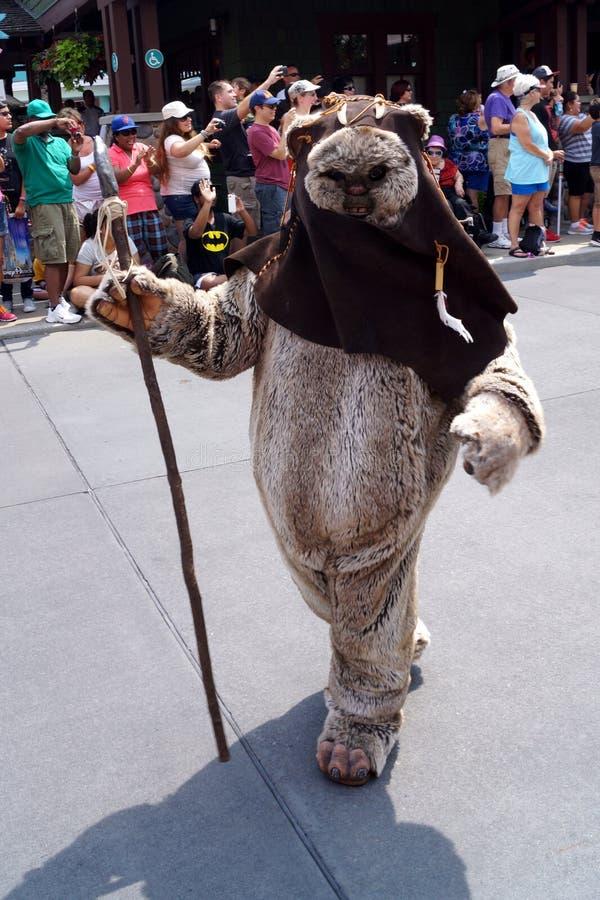 Een Ewok bij Star Wars-Weekends bij Disney-Wereld stock foto's