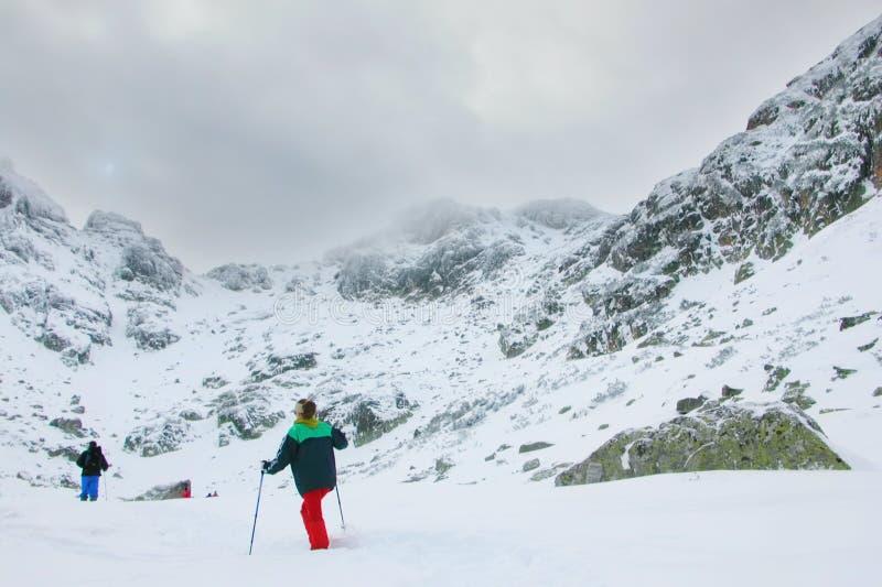 Een expeditie die naar bergpiek gaat in Bulgarije stock fotografie