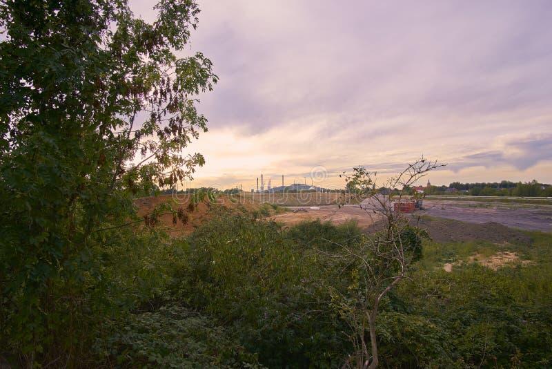 Een fabriek op de achtergrond royalty-vrije stock fotografie