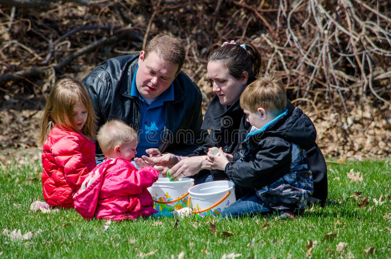 Een familie bij een paaseijacht royalty-vrije stock foto