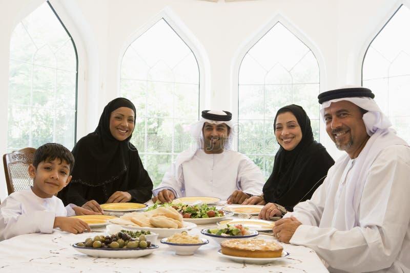 Een familie die Van het Middenoosten van een maaltijd geniet stock fotografie