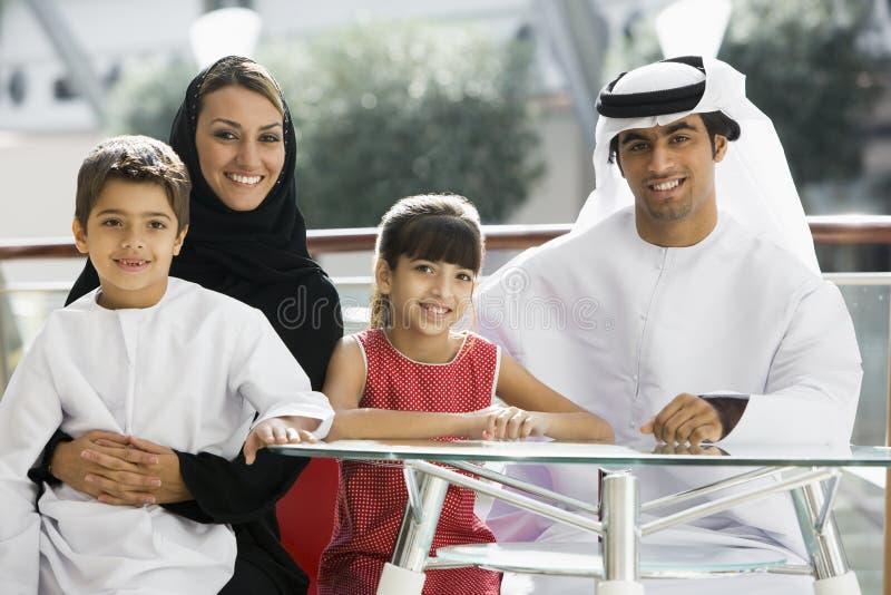Een familie die Van het Middenoosten van een maaltijd geniet stock afbeeldingen