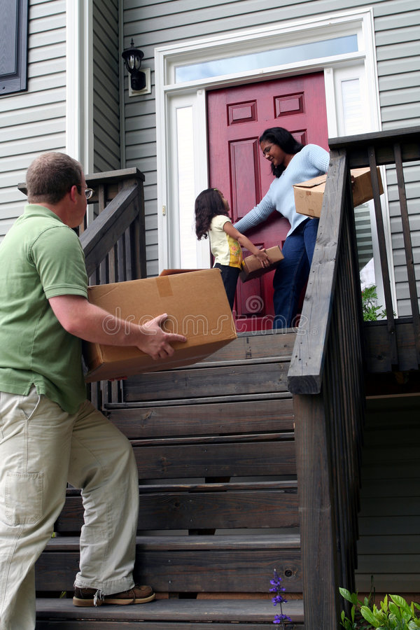 Een familie die zich in Nieuw Huis beweegt stock afbeelding