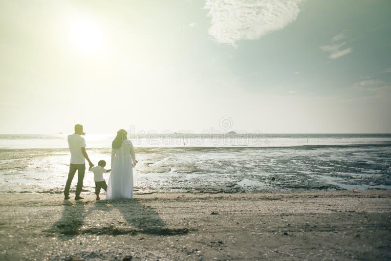 Een familie heeft aardige mening van zonsondergang bij het strand concept het plakkend van de familieverhouding royalty-vrije stock foto's