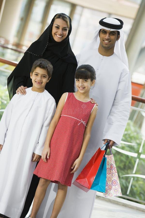 Een familie Van het Middenoosten in een winkelcomplex stock foto's