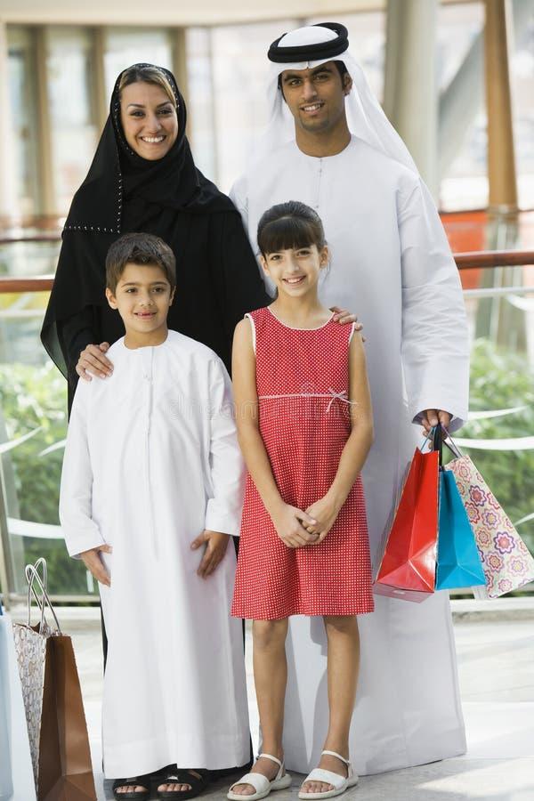 Een familie Van het Middenoosten in een winkelcomplex royalty-vrije stock fotografie