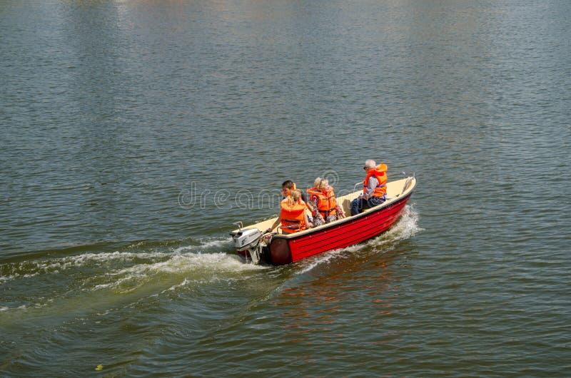 Een familiezeil in een boot in oranje reddingsvesten Rivier in Wroclaw stock afbeelding