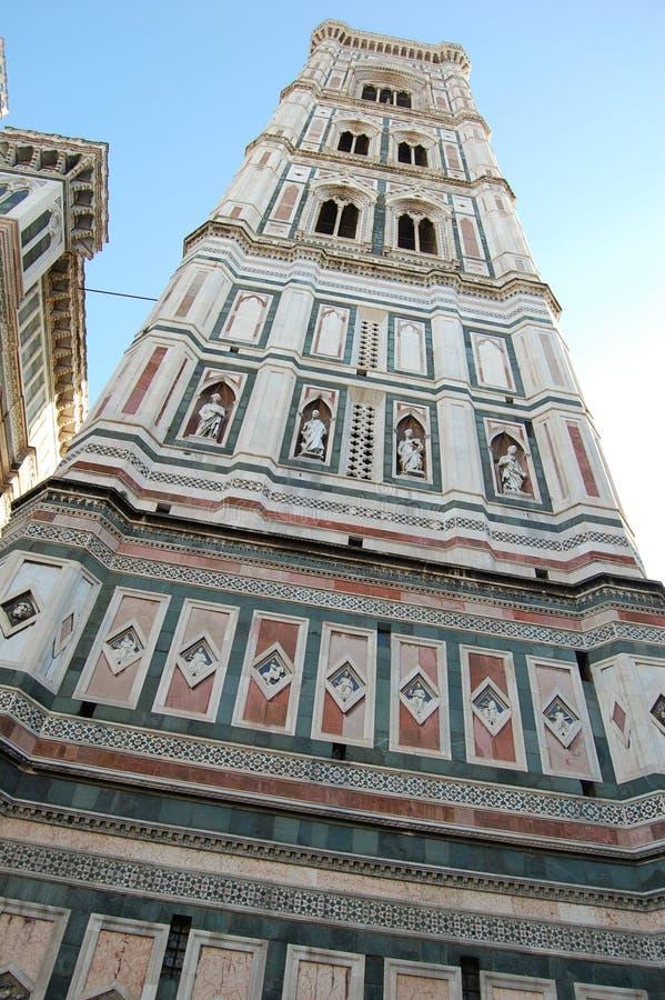 Een fantastically mooi gebouw met gekleurde izratsami, kolommen en standbeelden in de stad van Florence, Italië royalty-vrije stock foto