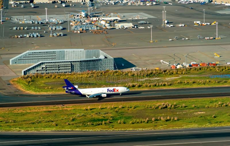 Een Fedex-vliegtuig vertrekt Oakland Internationale Aiport stock afbeelding