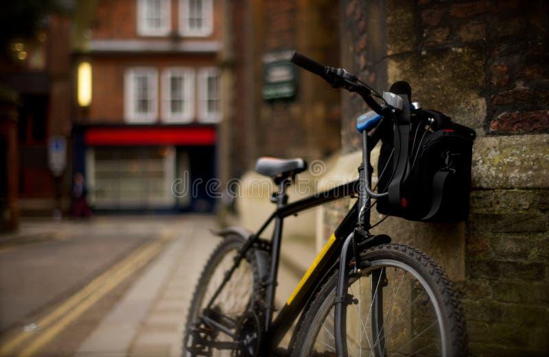 Een fiets op Universiteit van Cambridge stock fotografie