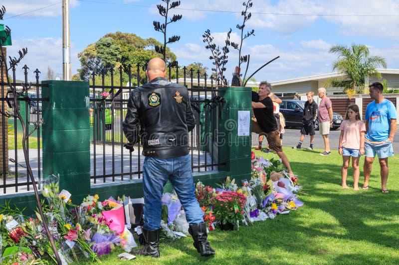 Een fietser betaalt zijn eerbied bij een moskee in Tauranga, Nieuw Zeeland, aan slachtoffers van de Christchurch-verschrikkingsaa royalty-vrije stock afbeelding