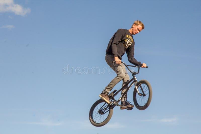 Een fietser voert een truc uit stock foto