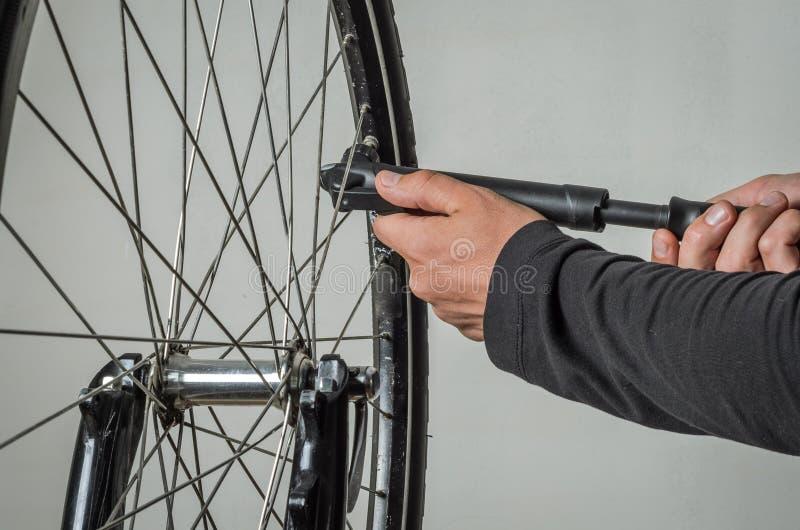 Een fietserpompen een fietswiel met een pomp royalty-vrije stock foto's