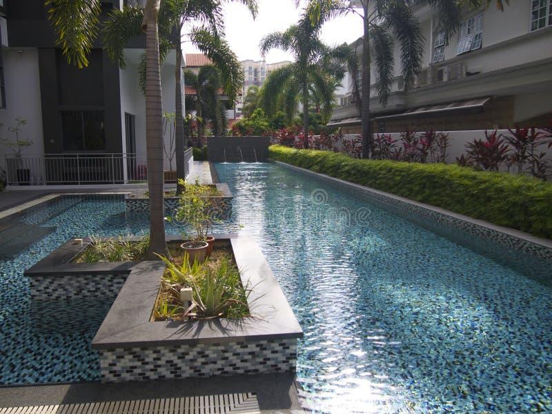 Een flatgebouw met koopflats zwembad stock afbeelding