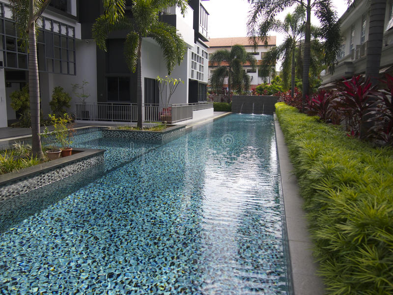Een flatgebouw met koopflats zwembad stock afbeeldingen