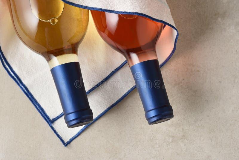 Een fles Witte Zinfandel en Sauvignon Blanc-wijn in een theedoek stock foto's