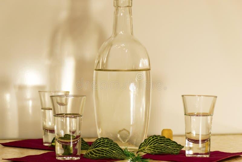 Een fles wodka en drie glazen royalty-vrije stock foto's