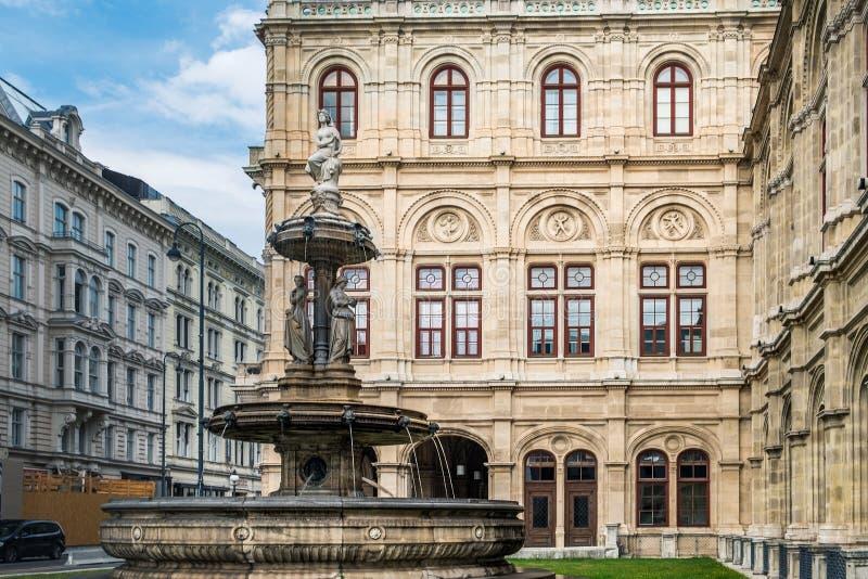 Een fontein bij de Opera in Wenen, Oostenrijk royalty-vrije stock foto's