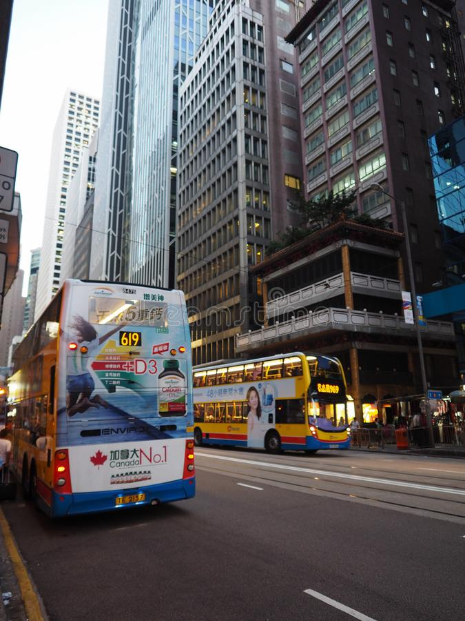 Een foto van één van de vele tweedeksbussen die rond op Des Voeux binnen Centraal Road drijven royalty-vrije stock afbeeldingen