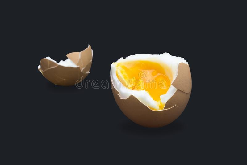 Een foto van gekookt ineenstorting gebroken kippen beige ei isoleerde op donkerblauw Foto van de ei` s de vloeibare dooier, helde stock foto's