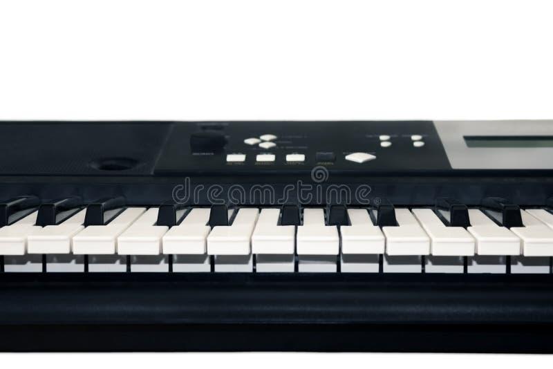 Een foto van oude gebruikte synthesizer, elektronische muzikale toetsenbord of piano voor digitale muziekopname, een achtergrond  stock foto's