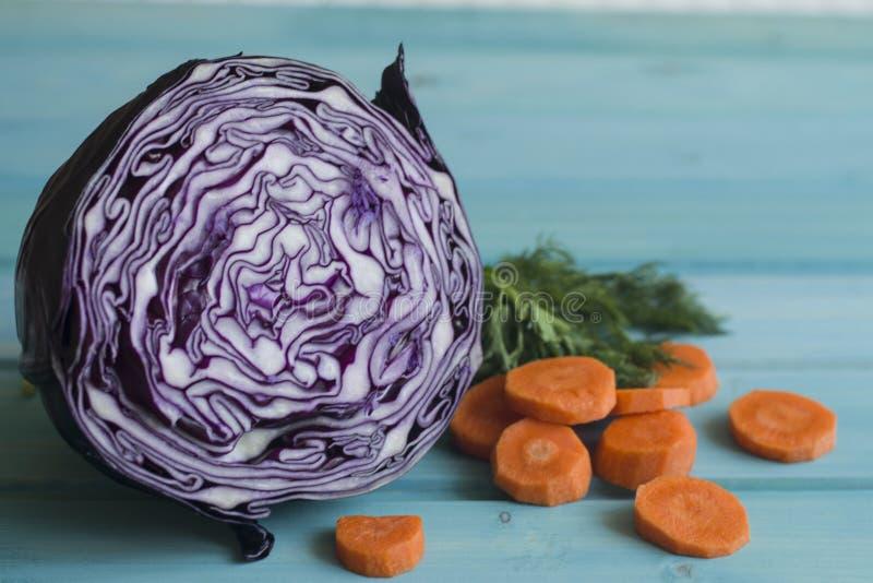 Een foto van purple sneed kool en stukken van wortel en dille royalty-vrije stock fotografie