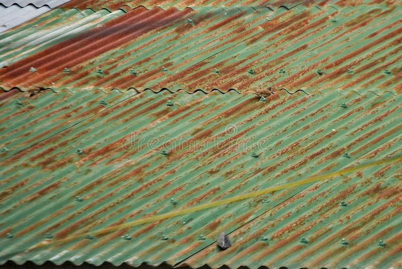 Een foto van een roestig golfdak stock fotografie