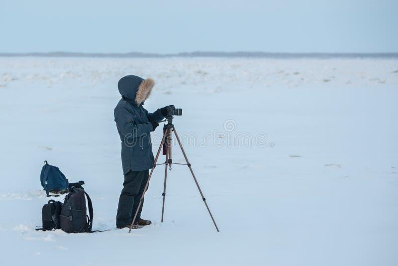 Een fotograaf en een videographer die het rapport over Lena River in Yakutia, Sakha-Republiek verwijderen stock fotografie