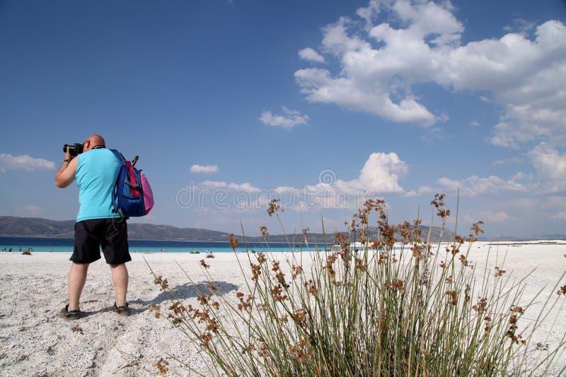 Een fotograaf neemt foto's op het strand van het saldameer stock foto