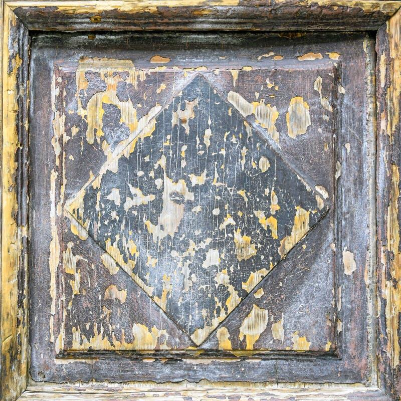 Een fragment van een antieke houten deur met gesneden panelen stock afbeelding