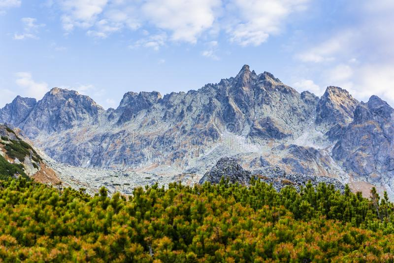 Een fragment van Belangrijkst Ridge Tatra Mountains in Slowakije Prachtig de herfstlandschap in Tatras in de ochtend stock fotografie