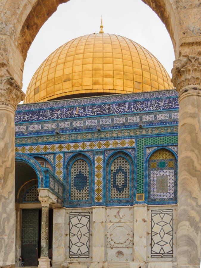 Een fragment van de Koepel van de Rots, een Moslimheiligdom op de Tempel zet in de Oude Stad van Jeruzalem op stock foto