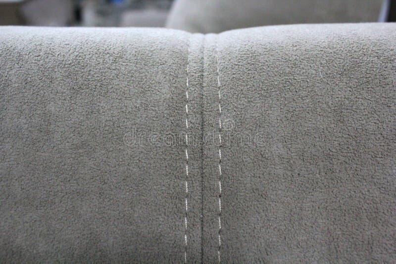 Een fragment van de rug van een grijze fluweelbank stock afbeelding