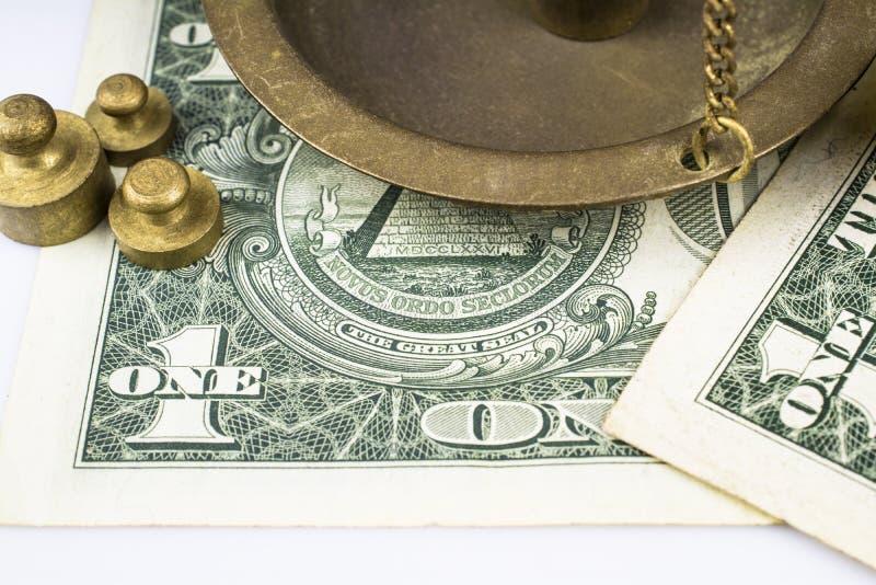 Een fragment van de schalen, drie gewichten, twee rekeningen voor ??n die dollar op witte achtergrond wordt ge?soleerd royalty-vrije stock foto
