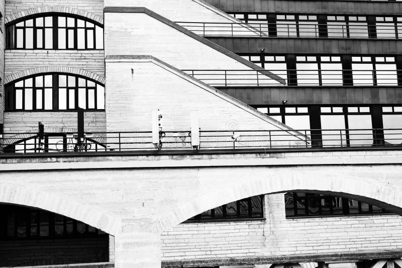 Een fragment van een gebouw van een moderne architectuur van glas, beton en staal stock fotografie