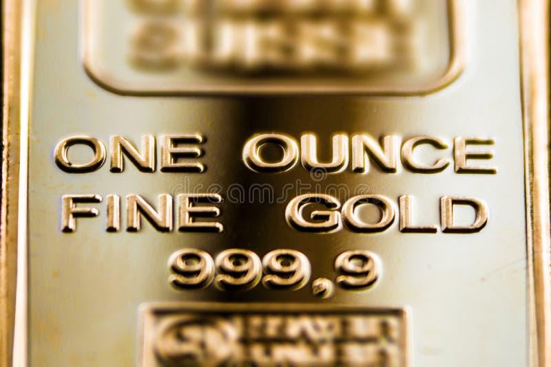 Een fragment van een gouden bar is één ons royalty-vrije stock afbeelding