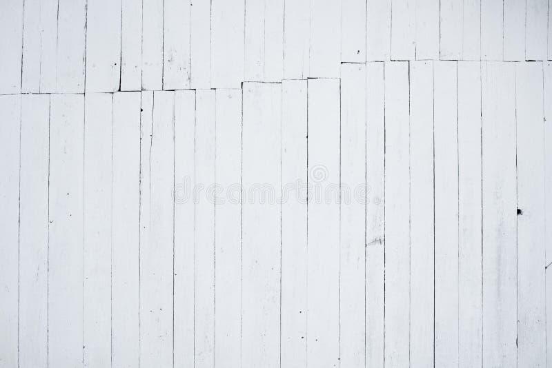 Een fragment van houten die muur met kalk, de achterkant wordt geschilderd van het huis stock afbeelding