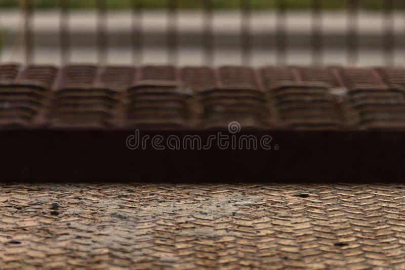Een fragment van metaalbrandtrap met sporen van zand en roest stock afbeelding