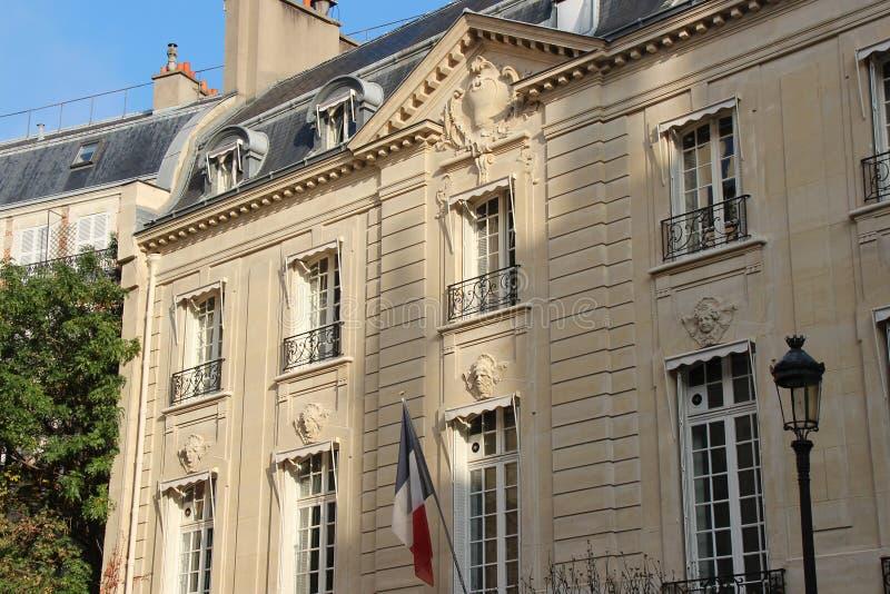 Een Franse vlag werd gehangen op de voorgevel van een gebouw in Parijs (Frankrijk) stock fotografie